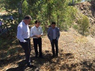El delegado de la Junta, junto a Manuel Ceada y Juan Serrato, en su visita a La Zarza