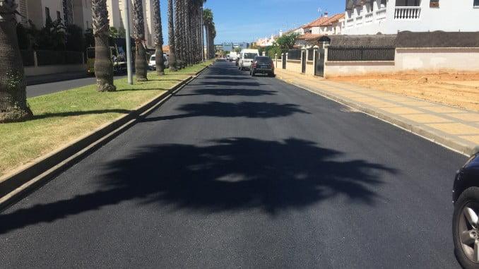 Después de meses de abandono el Ayuntamiento de Lepe asfalta once calles de La Antilla, cuyo estado era un riesgo para coches, motos y bicicletas.