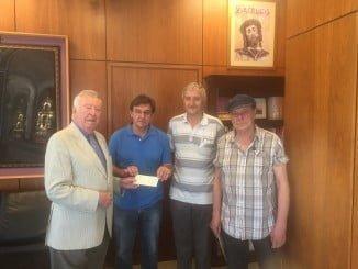 El presidente Fundación Caja Rural del Sur entrega el talón de lo recaudado por Aramburu a los representantes de Ayuda al Refugiado