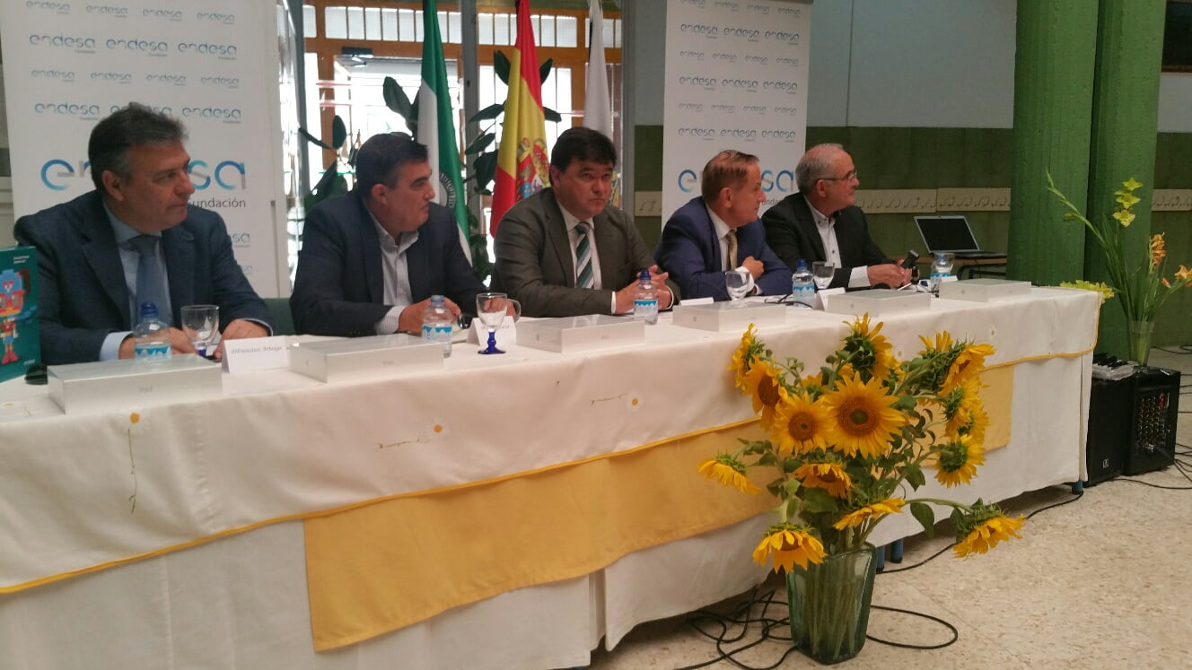 El alcalde de Huelva y el presidente de Fundación Endesa y el director territorial de la misma acudieron al colegio.