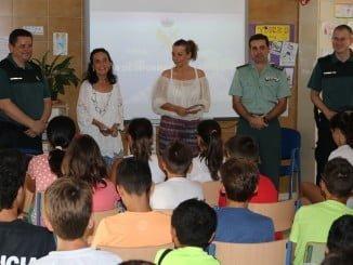 La subdelegada acompañó a la Guardia Civil en la charla del Plan Director en el CEIP El Faro de Mazagón.