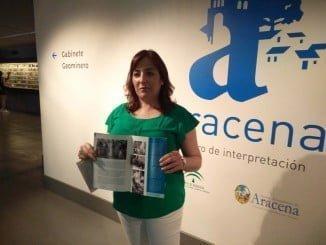 La concejal del Ayuntamiento de Aracena Ana Torres presenta una guia de Gruta de las Maravillas.
