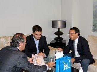 Representantes de la empresa Biofrehs explican a Caraballo su interés por la producción de citricos en la provincia.