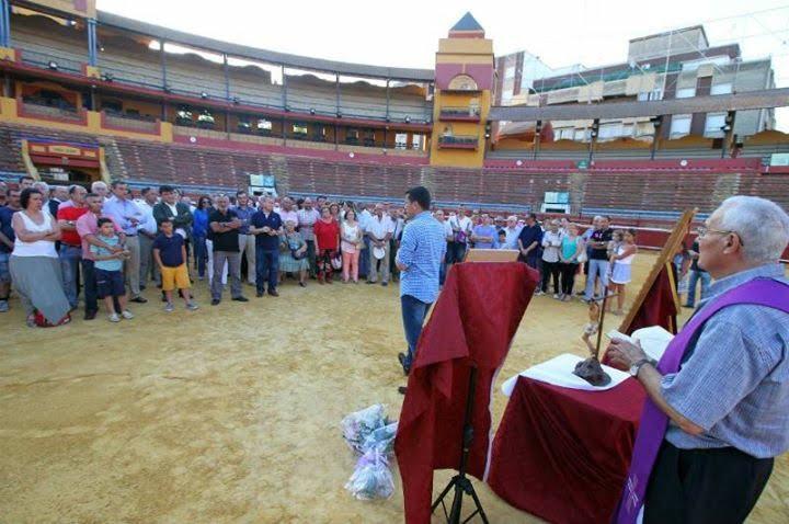 Muchos aficionados acudieron a la Plaza de Toros de La Merced a rendir un homenaje póstumo a Iván Fandiño, entre otros el alcalde de Huelva.