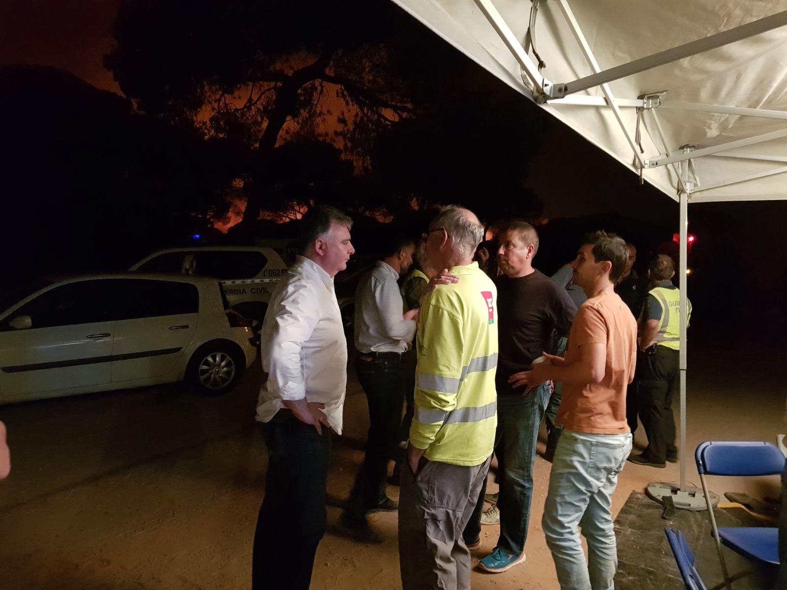 El delegado de la Junta de Andalucia asume la coordinación de todos los dispostivos desde el Puesto de Mando Avanzado, cerca de donde están ya las llamas.