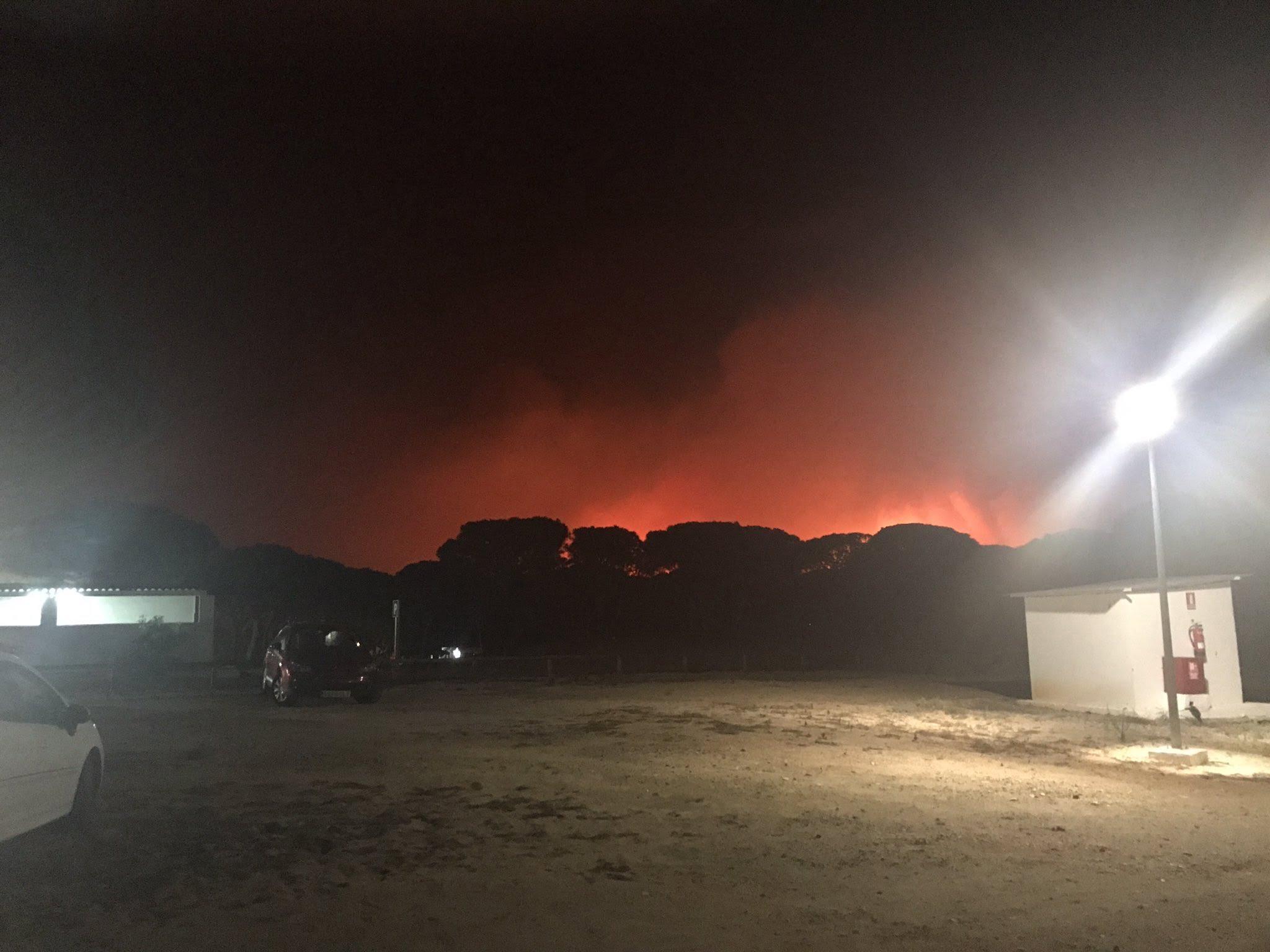 Las llamas se acercan al camping de Mazagón, que ya ha sido evacuado.
