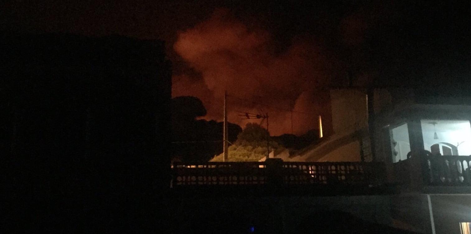 Preocupa que las llamas lleguen hasta las conocidas 'casas de Bonares' en Mazagón