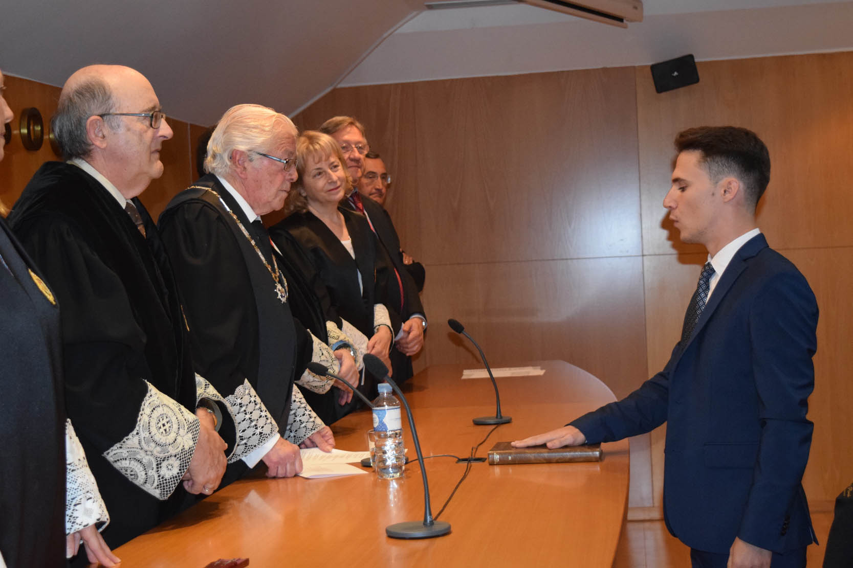 Momento de la jura de uno de los nuevos abogados.