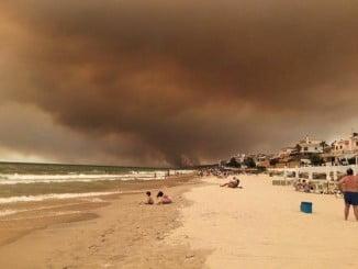 Vista del incendio desde la playa de Matalascañas