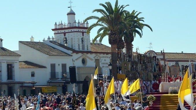 Miles de romeros asistieron a la Misa de Pentecostés en el Real del Rocío.