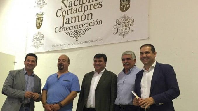 El alcalde de Huelva, por la Capitalidad Gastronómica,quiso estar presente en la cita culinaria de Corteconcepción.