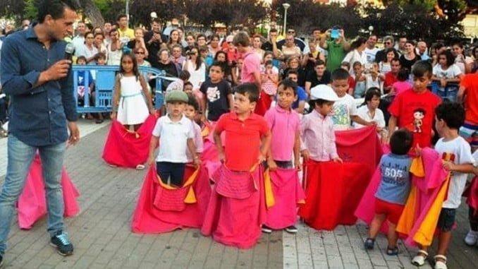 El fallecido Iván Fandiño con los niños enseñando a manejar el capote.