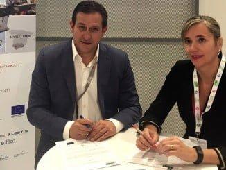 La consejera delegada de Extenda, Vanessa Bernad, y por Stephane Castet, presidente de Abe-BCI, firmando el nuevo convenio ADM 2018.