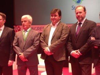 Todas las administraciones estuvieron representada, junto a los presidentes de Caja Rural del Sur y Freshuelva, en el Congreso de los Frutos Rojos.