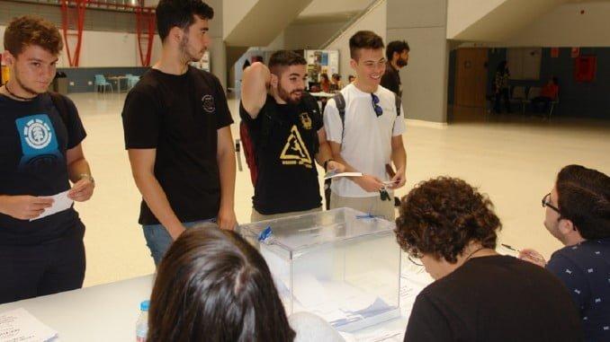 Estudiantes votando hoy para elegir quién ocupará el rectorado.