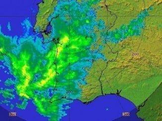 El núcleo principal de la tormenta ha entrado por el Algarve hace tres hora y se acerca a Extremadura.