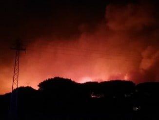 Imagen del incendio en la noche desde Mazagón.