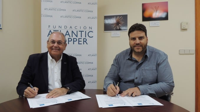 Los responsables de la fundación Atlantic Copper y Prenauta firman el acuerdo para ofrecer cuatro becas de estudio