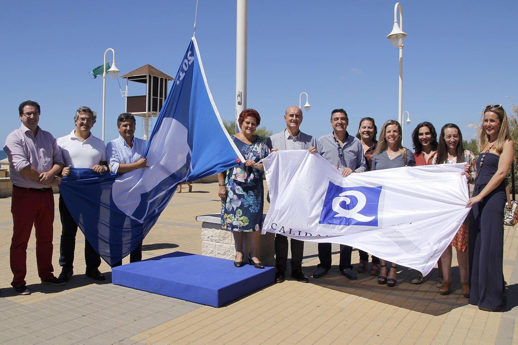 Los alcaldes de Lepe e Isla Cristina con las distinciones concedidas este verano