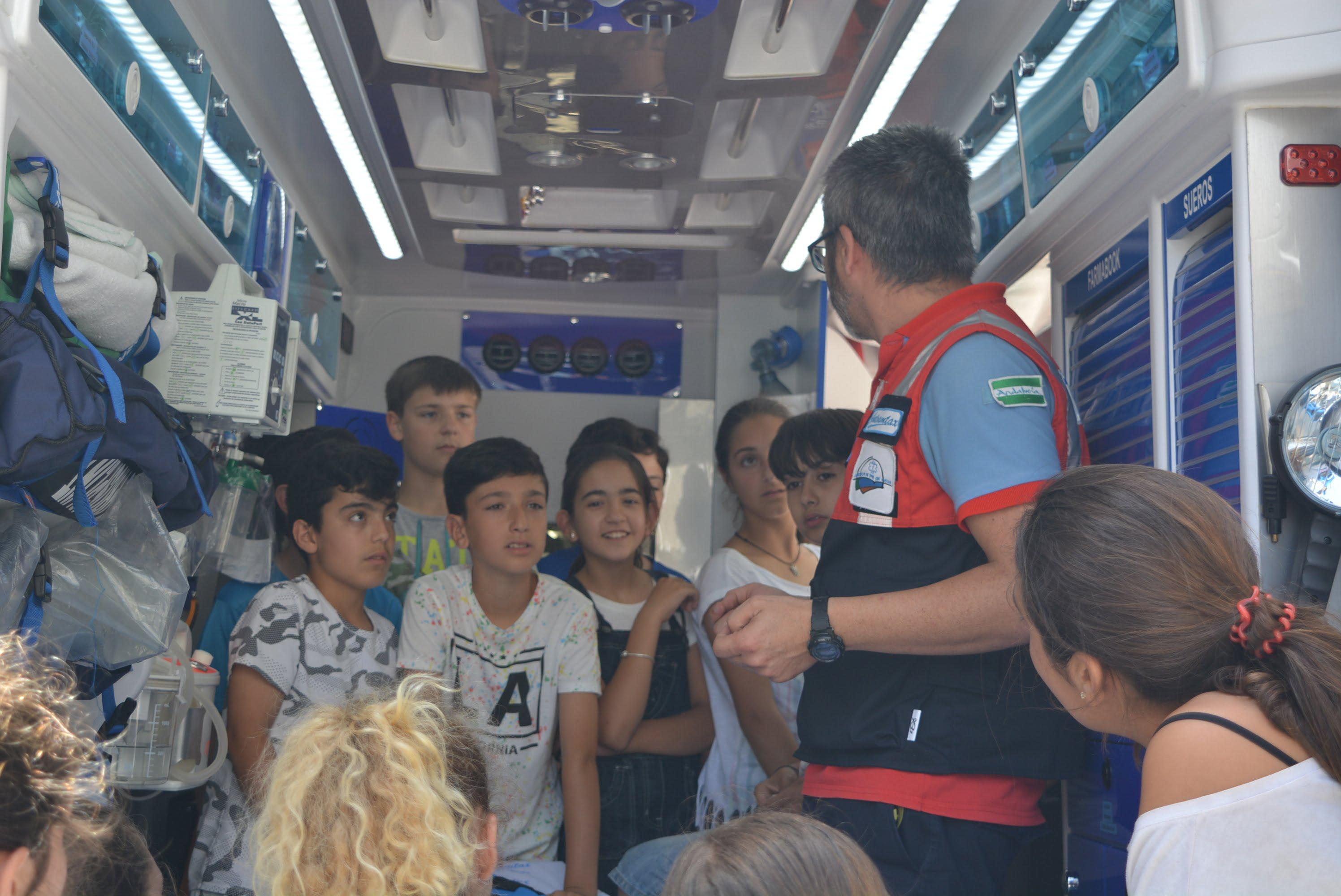Los niños aprenden primeros auxilios de la mano del Consorcio de Transporte Sanitario de Huelva