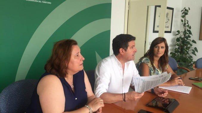 Juan Serrato, Laura Pichardo y Rocío Jiménez en la entrega de las concesiones de agua