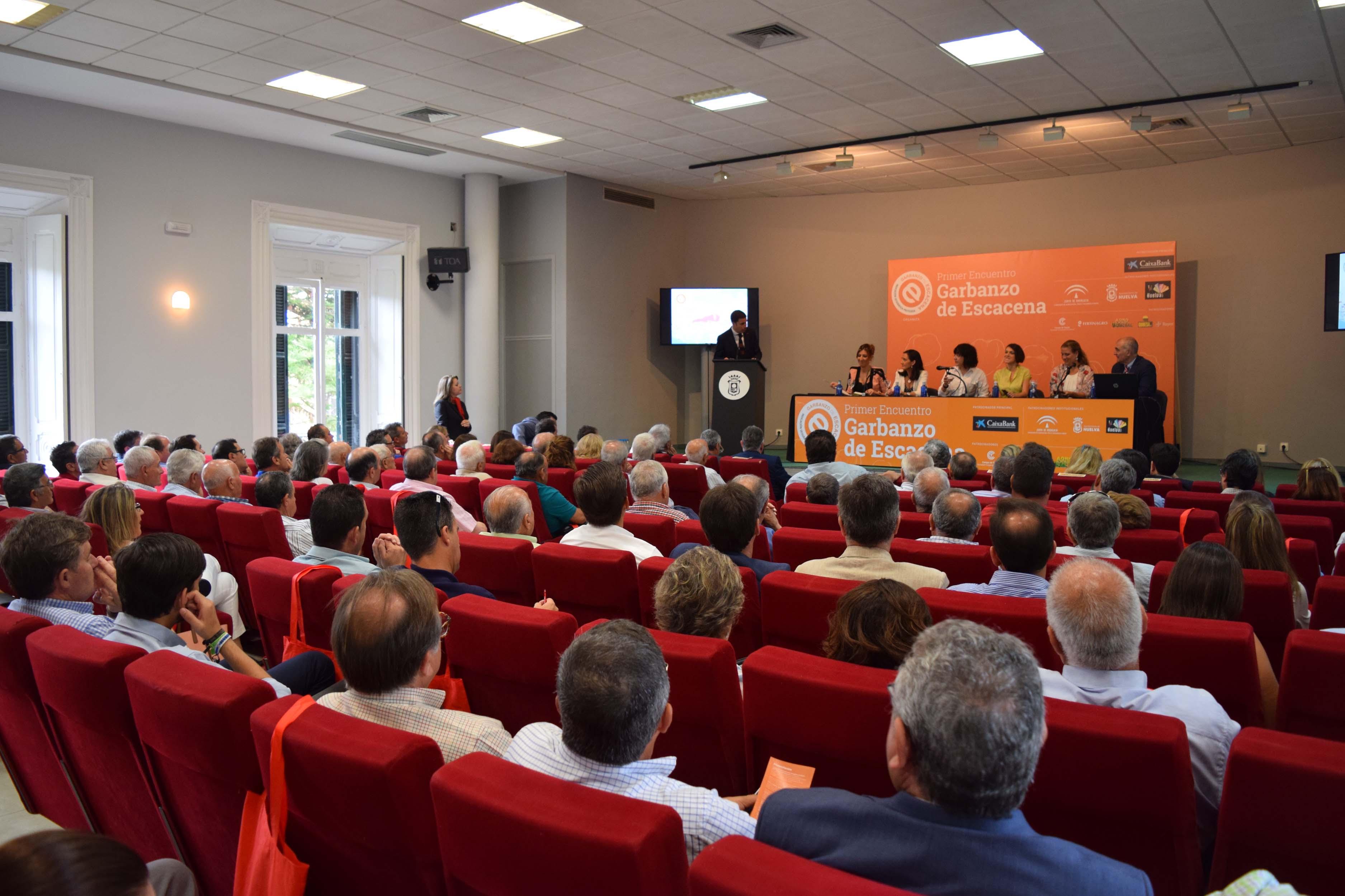 Más de 150 agricultores y empresarios analizan en un encuentro los retos del garbanzo de Escacena