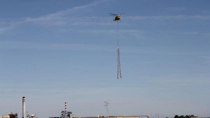 Sustitución de una torre eléctrica de alta tensión en las marismas de Huelva