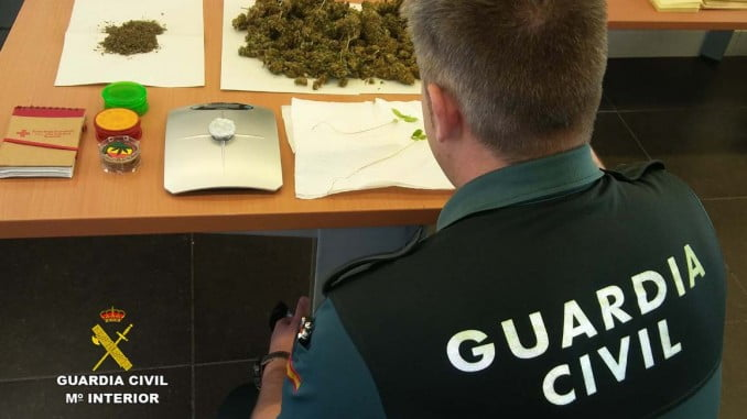 Tras el registro domiciliario, la Guardia Civil ha intervenido la droga y los utensilios para su venta