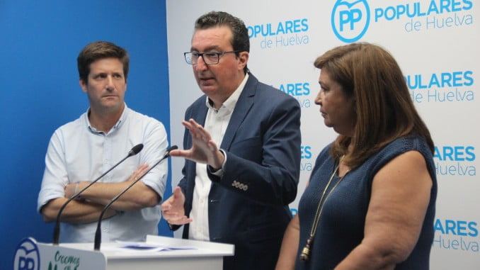 Manuel Andrés, González, Guillermo García y Carmen Céspedes informan sobre la PNL sobre el estado de shock de la sanidad onubense