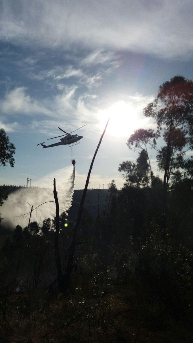Uno de los tres helicópteros que han participado en las labores de extinción