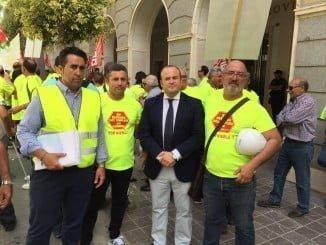 El parlamentario de Ciudadanos, Julio Díaz, junto a los trabajadores de la cementera de Niebla