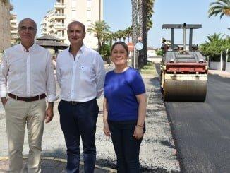 El alcalde visita el inicio de la reparación de socavones y baches de La Antilla
