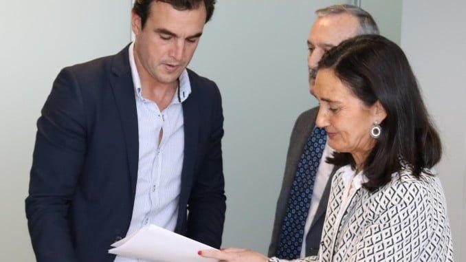 La subdelegada entrega al alcalde de Bollullos la resolución del Pfea 2017
