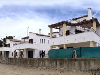 Viviendas ocupadas ilegalmente en la urbanización isleña Las Colinas