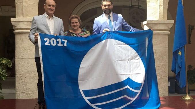 Los alcaldes de Lepe e Isla Cristina con el consejero de Turismo y la Bandera Azul de la playa de Islantilla