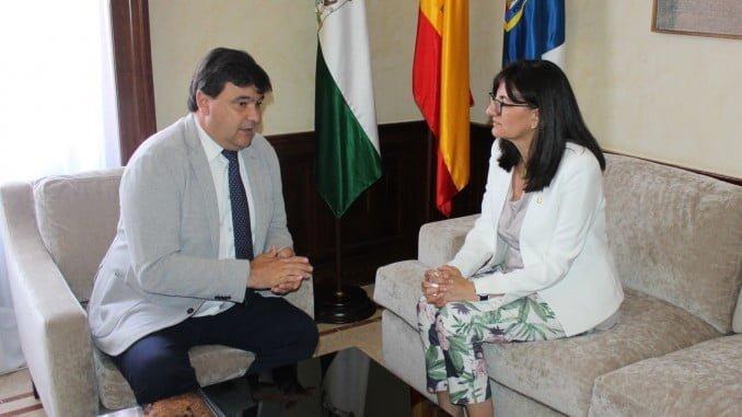 Encuentro institucional entre el alcalde de Huelva y la candidata al Rectorado de la UHU