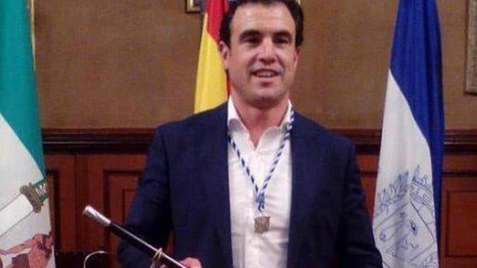 El alcalde de Bollullos, Rubén Rodríguez, con la vara de mando que podría perder el 3 de julio