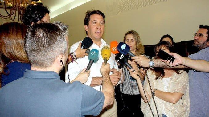 Ruperto Gallardo atiende a los medios antes del pleno de la Diputación