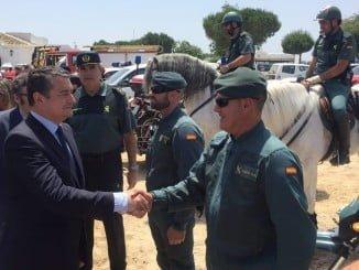 El delegado del Gobierno saluda a los agentes de la Guardia Civil en la aldea almonteña
