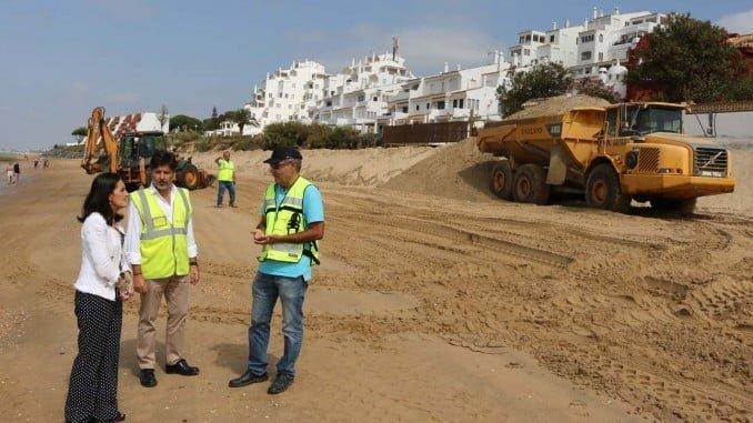 La subdelegada del Gobierno, junto al jefe de Costas en Huelva, ha visitado las obras en la playa de El Portil