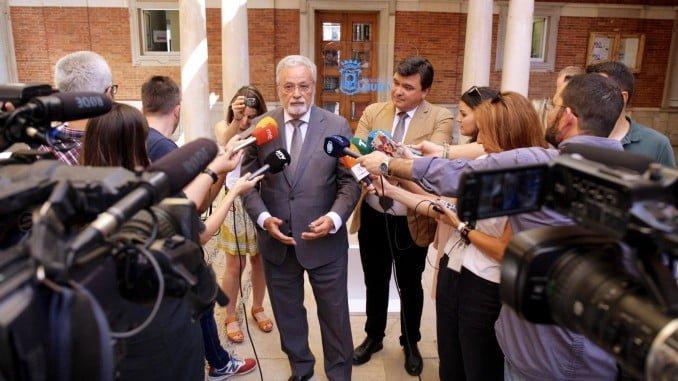 Jesús Maeztu, junto al alcalde, atiende a la prensa en el Ayuntamiento