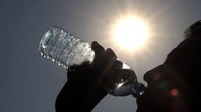 Beber frecuentemente agua o líquidos es una de las recomendaciones que hace Protección Civil