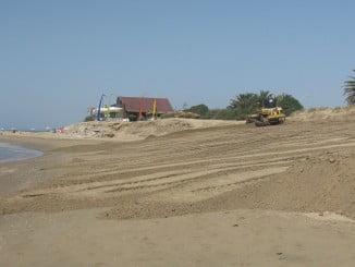 Trabajos de adecuación en la playa de Isla Canela, en Ayamonte