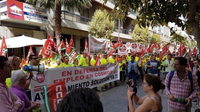 Los trabajadores de Cementos Cosmos se concentran ante Diputación para llamar la atención sobre su problemática