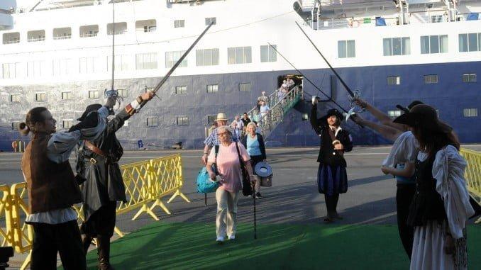 Los turistas han sido recibidos por el grupo de animación Alota
