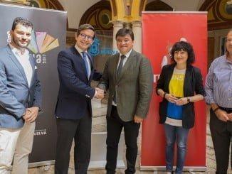 El alcalde de Huelva, Gabriel Cruz, y el director de Relaciones Corporativas de Heineken España, Jorge Paradela, han firmado hoy un convenio de colaboración para que Cruzcampo sea el principal patrocinador de Huelva Capital Gastronómica 2017