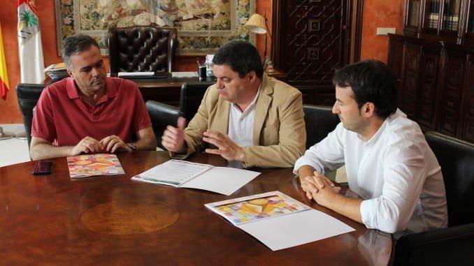 Agustín Galán informa sobre los cursos de verano al alcalde y al concejal de Educación de La Palma