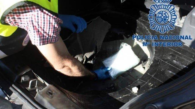 Los agentes inspeccionaron el vehículo hasta que encontraron la droga