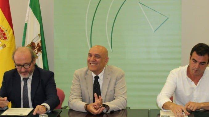 Imagen de la firma del protocolo en septiembre de 2016 para agilizar la construcción del Chare en Bollullos
