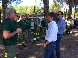 El consejero de Medio Ambiente visita a los efectivos del Plan Infoca en El Rocío
